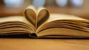 Bildebeskrivelse: Bok som ligger åpen. Noen av sidene i midten er brettet til et hjerte.