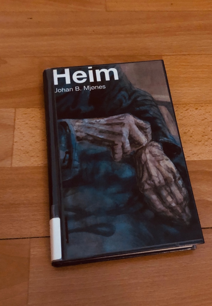 Coveret viser to furete hender og tittelen er «Heim» av Johan.B.Mjønes.
